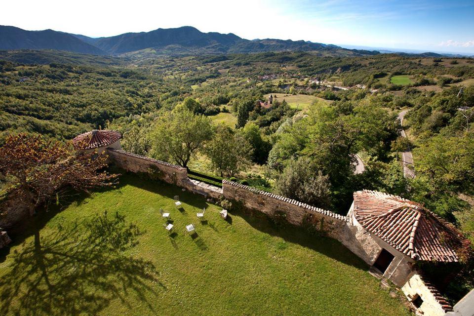 Dalla visita al Castello di Borgo Adorno all'aperitivo in vigna