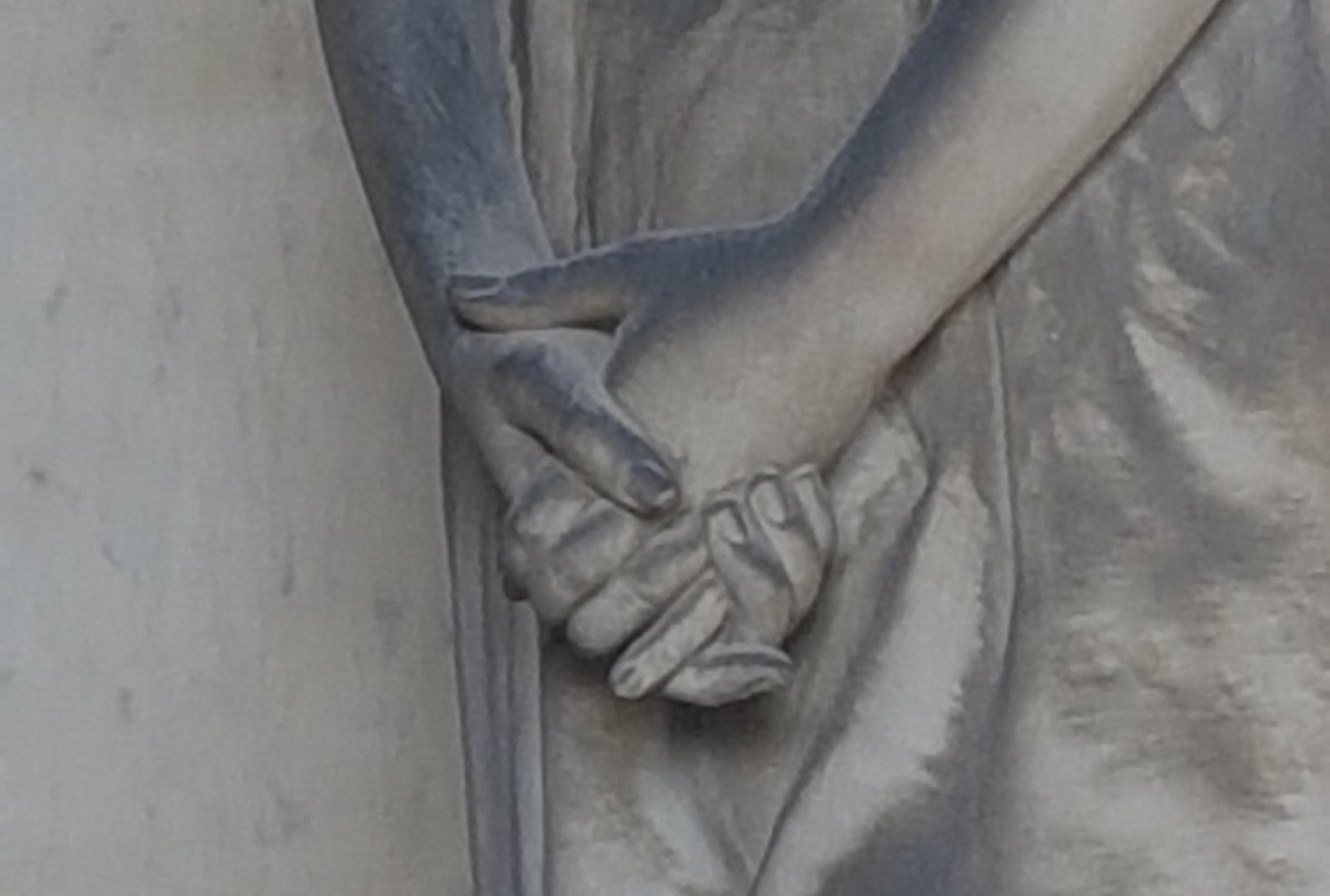 Mani Giunte - Particolare della Cappella 76 Tomba Fossati già Zaccheo